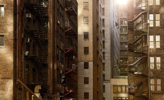 密集した都心の高層マンション