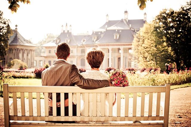 仲良くベンチに座る夫婦