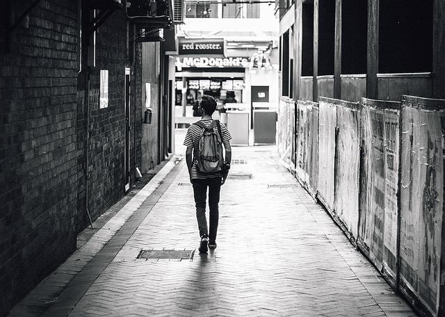歩いてる男性
