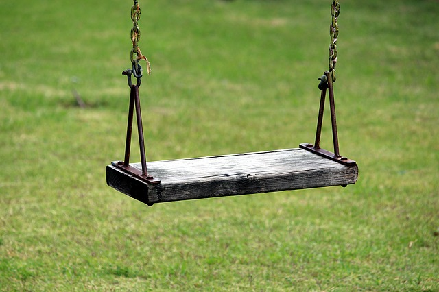 子供が遊ぶ公園のブランコ