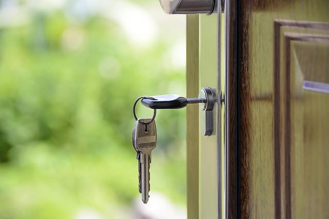 ドアに鍵をさしている状態