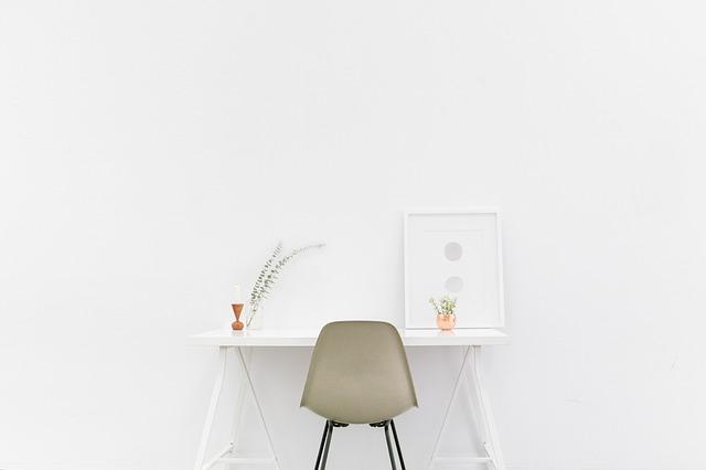 真っ白でシンプルな部屋