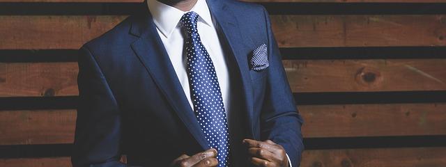 清潔感のあるスーツを着た紳士