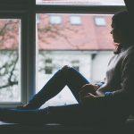 うつ病で気分が沈んでる女性