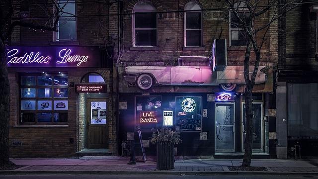 夜のネオンが輝く不気味な店