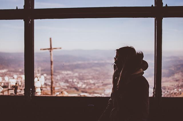 かっこいい背景の影に隠れた女性