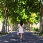 一人で道路を歩く女性