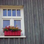 木造アパートの窓際の花