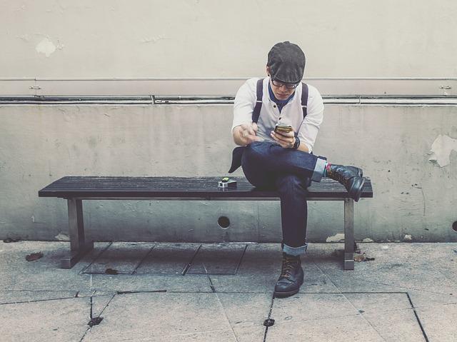 ベンチに座る粋な男性