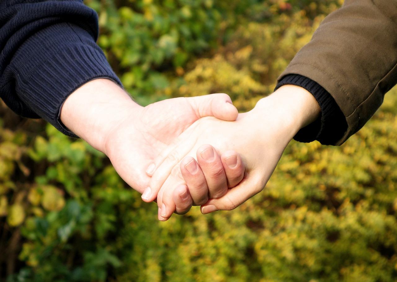 手を添えるカップル